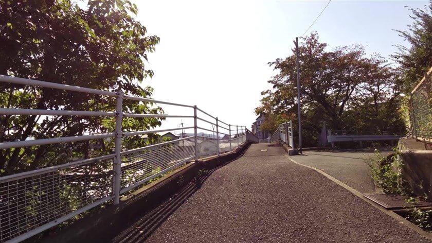 住宅街を抜けると、国道309号線を渡る歩道橋に出る。東高野街道はここを右に進む