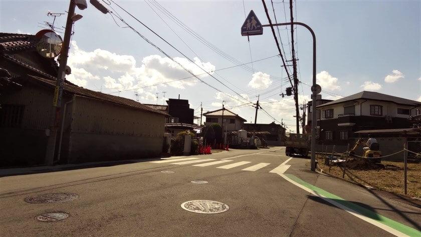 富田林市錦織中1丁目で、少し広い道を斜め前に横切る