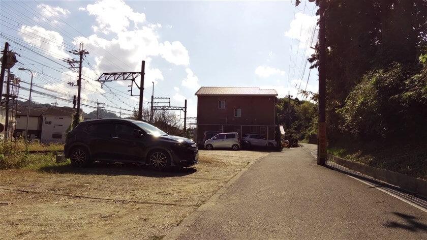 ここで、近鉄長野線の踏切を渡ってくるのと同じ東高野街道に出る