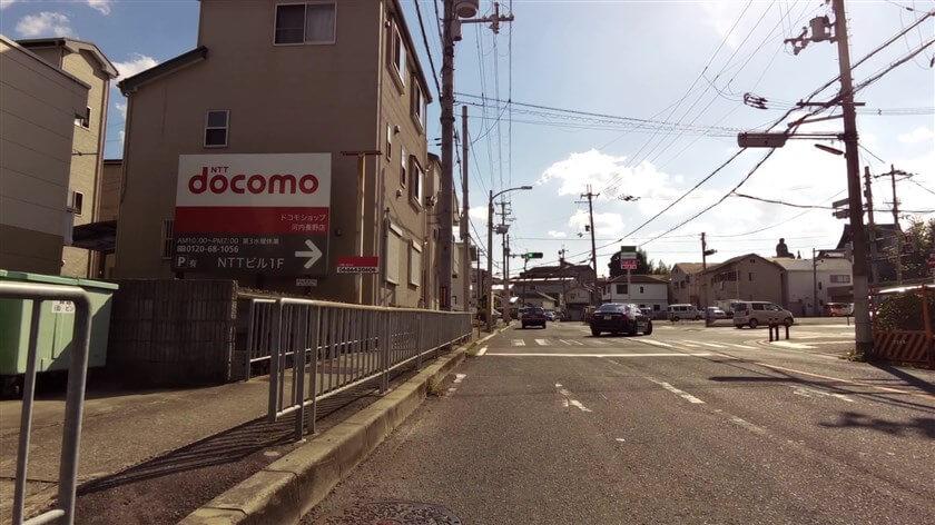 右前に、ファミリーマート 河内長野向野店がある信号を通過