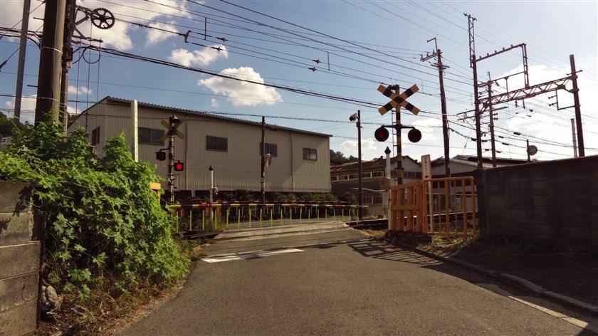 東高野街道は、近鉄長野線の踏切を越えて、右に進む