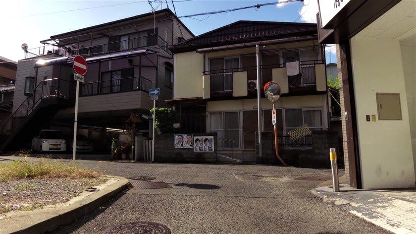 突き当りに稲荷神社があり、左に進む