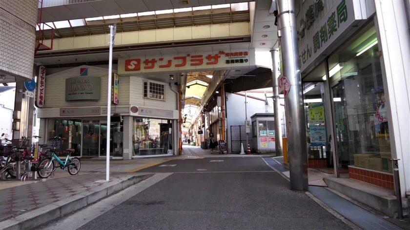 長野商店街のアーケードに出る。ここを左に進む。