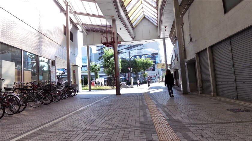 アーケードを抜けると、南海高野線の「河内長野駅前広場」が見える
