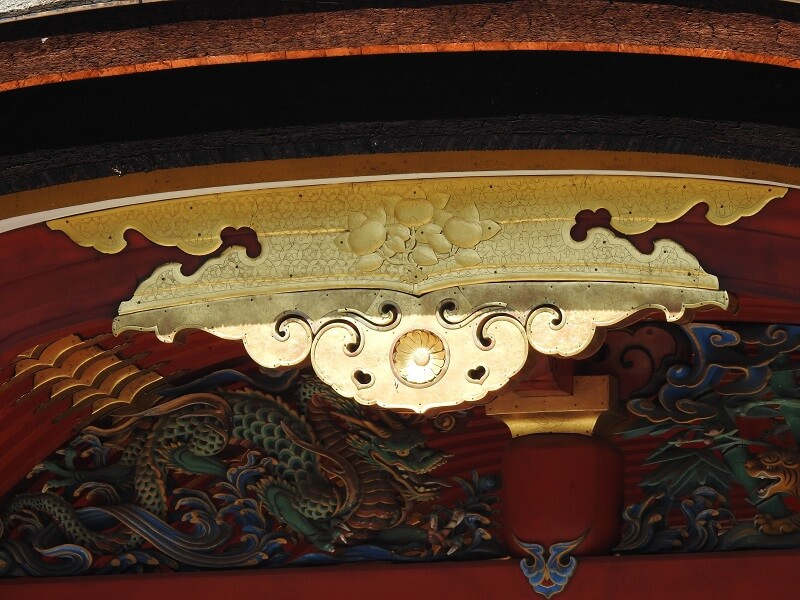 楼門の極彩色の壮麗な龍虎の欄間彫刻