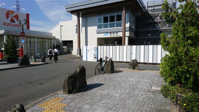 参道を西に下ってみると、JR学研都市線「野崎駅」に出る