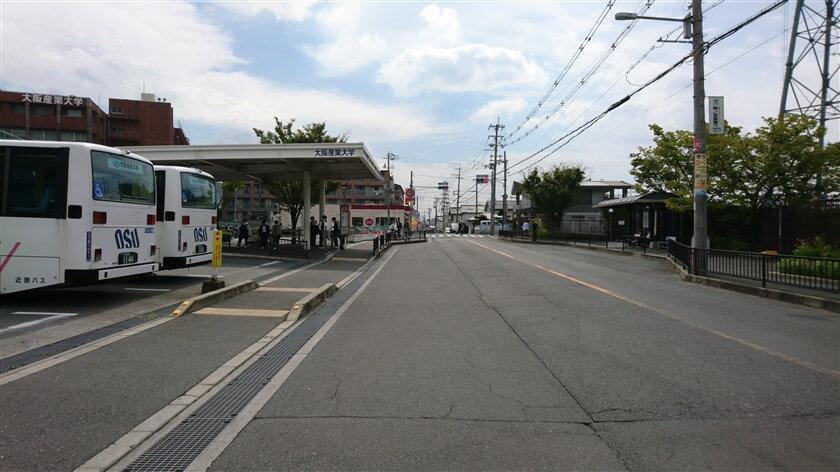 大阪産業大学の横を行く