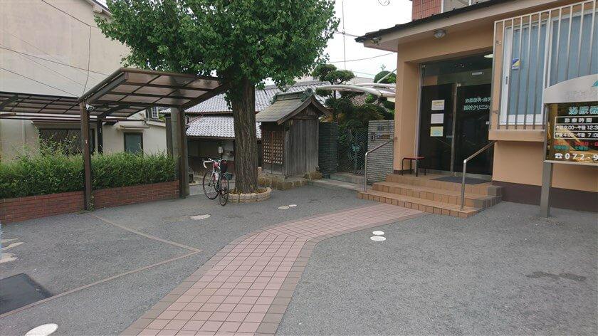 信号の手前に、ひっそりと「弘法大師堂」がある