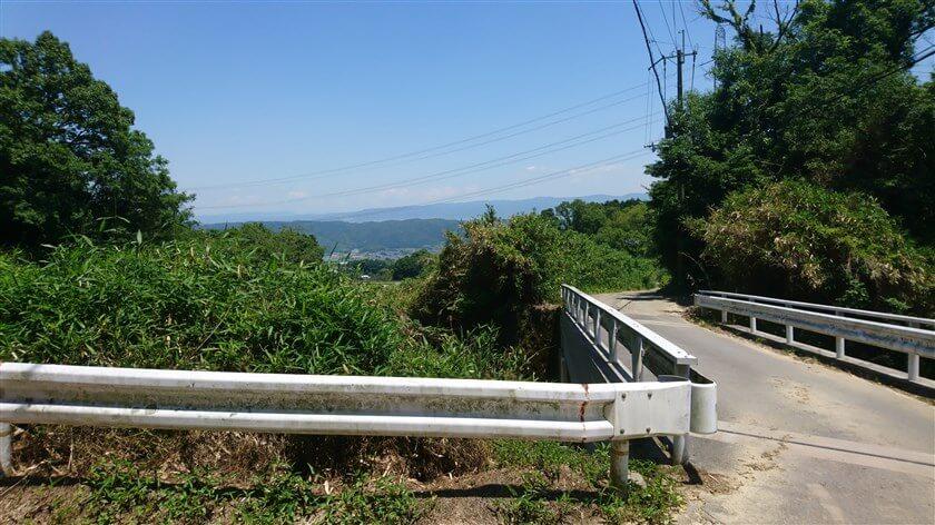 信貴生駒スカイラインを跨ぐ橋の手前からの風景