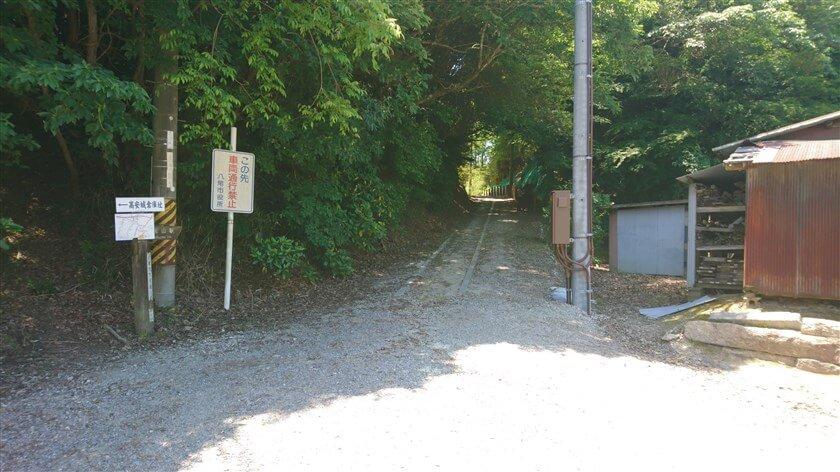 登りきると広場があり、左方面は「信貴山」、直進「高尾山駅」の標識がある