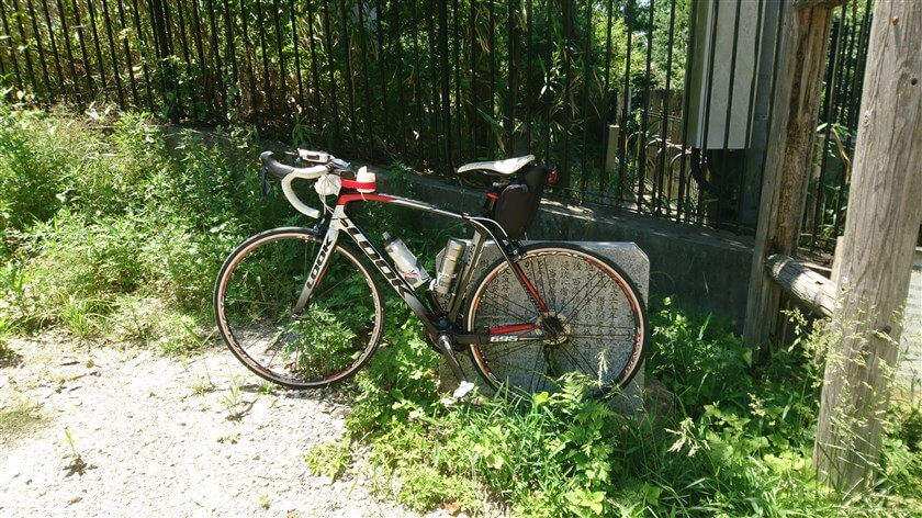 「高安城跡」の石板に、ロードバイクを立て掛ける