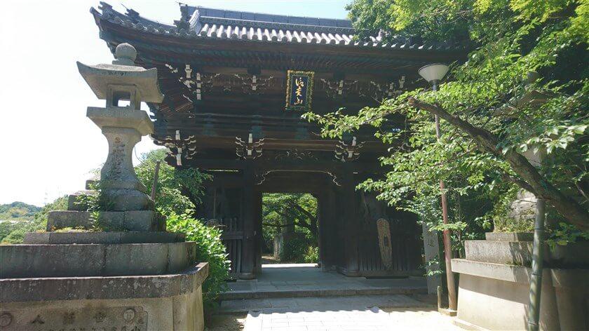 信貴山東からの、参道の突き当りにある「仁王門」
