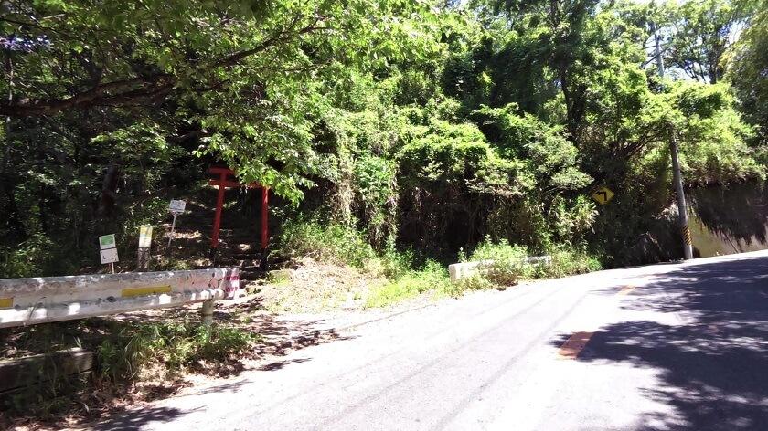 ロードバイクでのヒルクライムでは気にも留めなかった、高尾山の山頂へと続く「鐸比古大神」の鳥居前