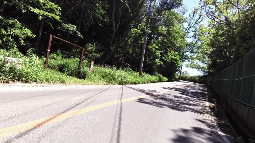 「生駒縦走歩道」への入り口前を通過