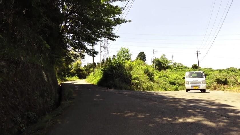 「E」地点:右から、軽トラックが降りてきた