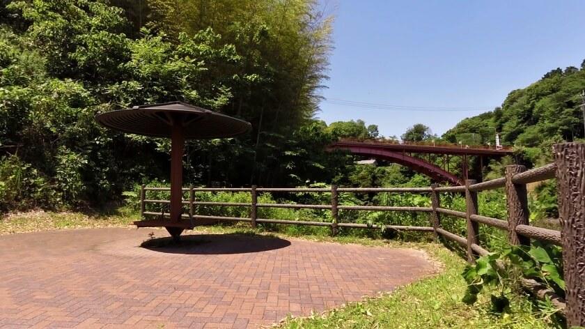 堰堤横の休憩所で、小休止