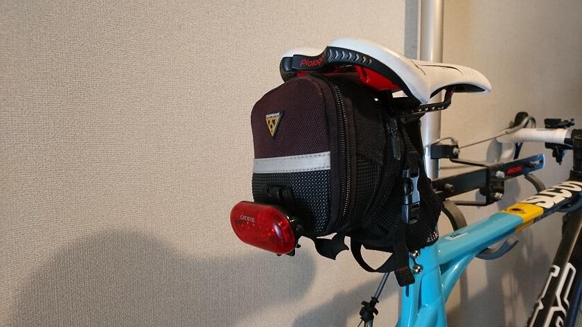 ロードバイクのサドルバッグに装着して使用中